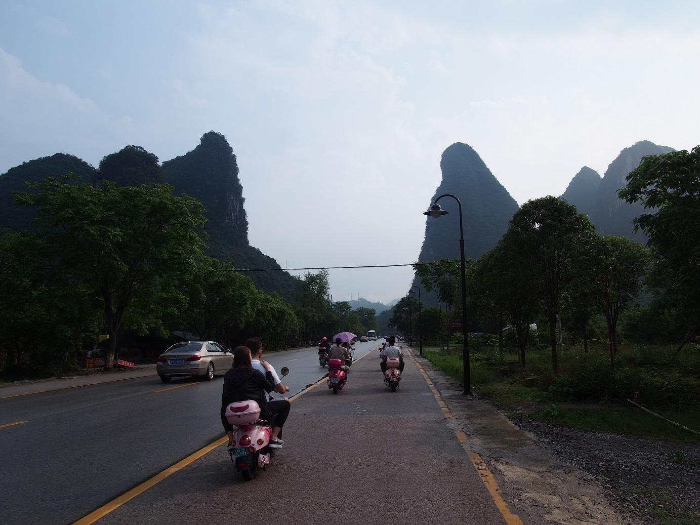 vozenie sa na skútroch v yangshuo
