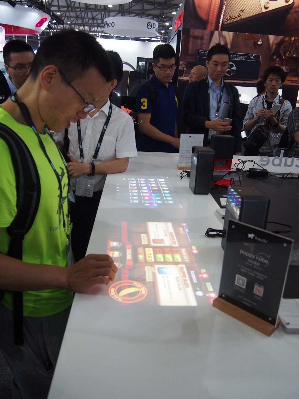 Projektor umožňujúci interaktívne hranie hier, hrania na klavíri, či práce v MS Office