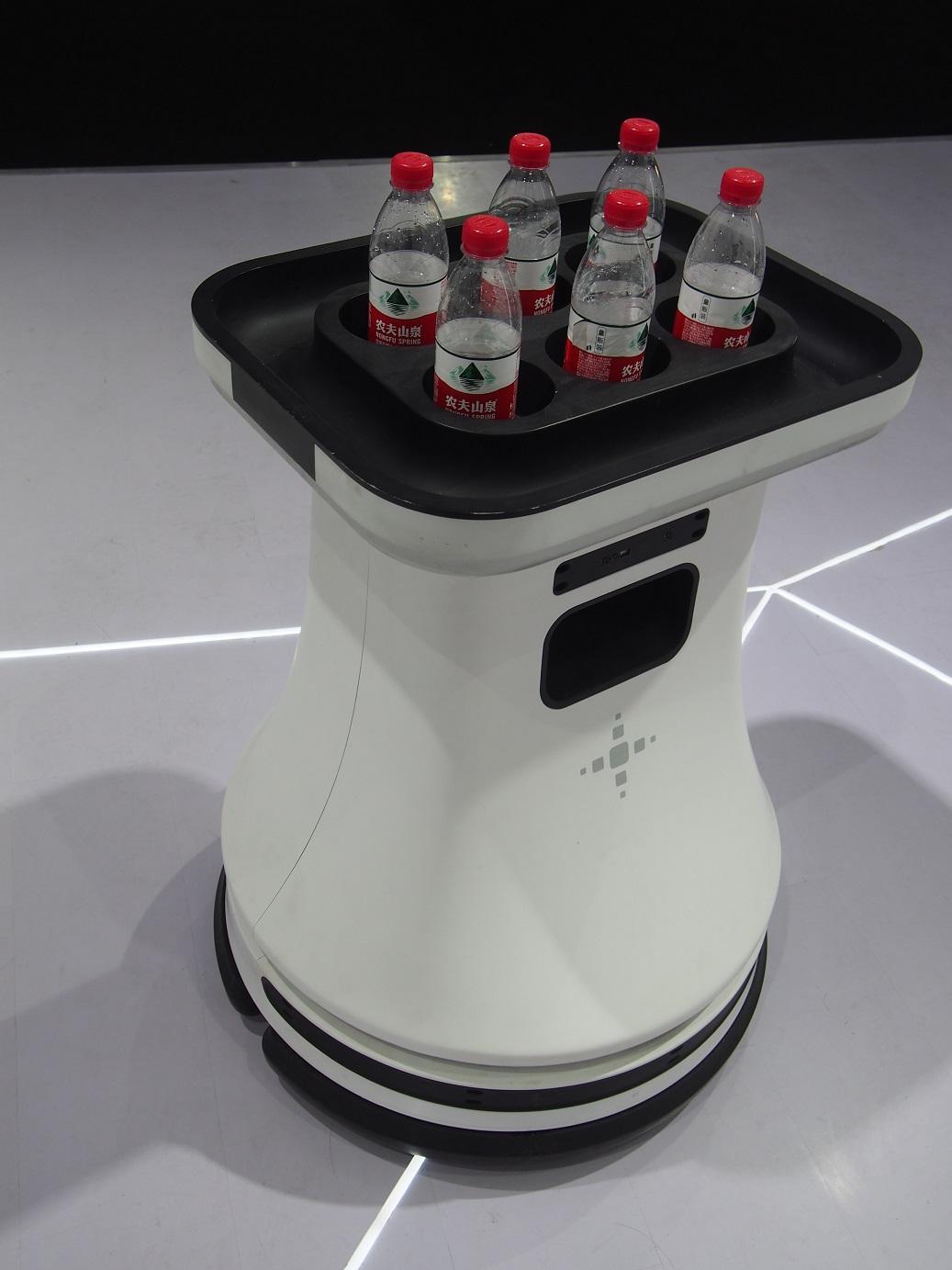 Náhrada za čašníkov - nápoj či jedlo vám donesie robot